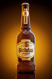 Varna, Bulgária - 16 de dezembro de 2016: Garrafa de cerveja de Stolichno Weiss Imagem de Stock Royalty Free