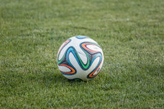 Varna, BULGÁRIA - 30 de maio de 2015: Oficial FIFA do close-up bola de 2014 campeonatos do mundo (Brazuca) na grama Adidas, uma e Fotos de Stock