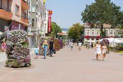 VARNA, BULGARIA - 14 AGOSTO 2015: Boulevard di Knyaz Boris I - via turistica principale nel centro urbano Immagine Stock Libera da Diritti