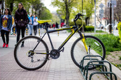 Varna Bulgaria - 26 aprile Bicicletta 2017 nel parcheggio Fotografie Stock