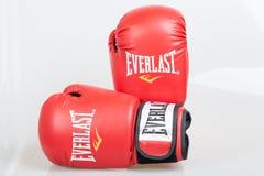 Varna, Bulgaria - 17 de diciembre de 2013: Guantes de boxeo rojos de Everlast Everlast es una marca americana Basado en Manhattan Foto de archivo libre de regalías