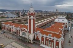 Varna, Bulgaria - 19 de marzo de 2017: Vista general del ferrocarril central de Varna, la capital del mar de Bulgaria Fotografía de archivo libre de regalías