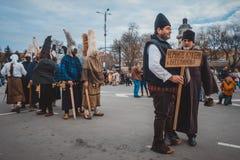 Varna, Bulgaria, il 26 marzo 2016: Uomini di Kukeri del bulgaro che aspettano biginning del PR annuale di carnevale della primave Fotografia Stock Libera da Diritti