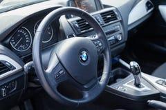 VARNA, BULGARIA - 17 MARZO 2016: L'interno del volante di BMW BMW è un'automobile, un motociclo e un manufactur tedeschi del moto Fotografia Stock Libera da Diritti