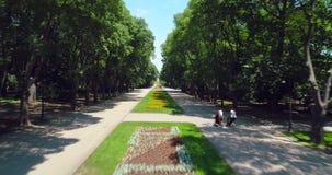 Varna Bulgaria, vista aérea del parque del jardín del mar con las flores coloridas, los callejones, los bancos y la gente feliz almacen de metraje de vídeo