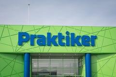 Varna, Bulgarie - 1er février 2016 : Logo de Praktiker sur leur marché Praktiker est une chaîne internationale d'hypermarché, ouv Photographie stock