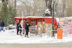 VARNA, BULGARIE, LE 1ER MARS 2018 : personne inconnue achetant le martinitsa traditionnel pour le premier jour du marché souhaita Photos libres de droits