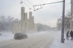 VARNA, BULGARIE, LE 28 FÉVRIER 2018 : 8ème porte commémorative de régiment d'infanterie sous la tempête de neige Le monument-port Images libres de droits