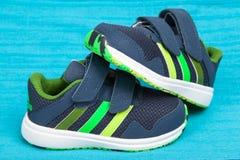 Varna, Bulgarien - 9. April 2016: CF-Kinderschuh ADIDASS SNICE 4 Produktschuß Adidas ist ein deutsches corporatio Stockbild