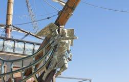 VARNA, BULGARIEN - 11. APRIL 2015: Segelschiff mit Statue des Engels auf Strand lizenzfreie stockbilder