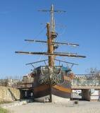 VARNA, BULGARIEN - 11. APRIL 2015: Segelschiff mit Statue von stockfotografie
