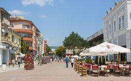 VARNA, BULGARIEN - 14. AUGUST 2015: Boulevard Knyaz Boris I - touristische hauptsächlichstraße im Stadtzentrum Stockfotografie