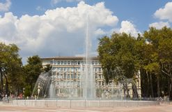VARNA, BULGARIEN - 14. AUGUST 2015: Brunnen auf Unabhängigkeit squa Stockbild