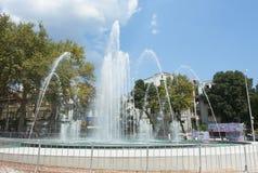 VARNA, BULGARIEN - 14. AUGUST 2015: Brunnen auf Unabhängigkeitsquadrat Stockbilder