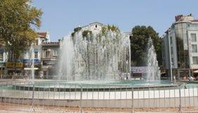 VARNA, BULGARIEN - 14. AUGUST 2015: Brunnen auf Unabhängigkeitsquadrat lizenzfreie stockfotos
