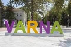 VARNA, BULGARIEN - 14. AUGUST 2015: Buchstaben mit Namen der Stadt auf Buchstaben mit Namen der Stadt auf Heiligen Kirill und Mef Lizenzfreie Stockbilder