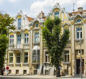 VARNA, BULGARIEN - 14. AUGUST 2015: Gebäude des modernen Artanfanges XX des Jahrhunderts auf Maria Luisa-Boulevard, Stockfoto