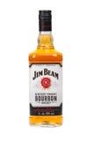 VARNA BULGARIEN - AUGUSTI 17 2016: Foto av en flaska av Jim Beam Bourbon som isoleras på vit Jim Beam är ett amerikanskt märke av Royaltyfria Bilder