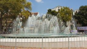 VARNA BULGARIEN - AUGUSTI 14, 2015: Springbrunn på självständighetsqua Arkivbilder