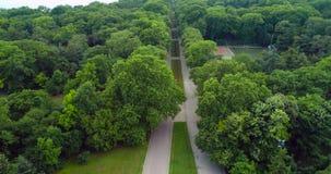 Varna Bulgarien Den flyg- surrsikten av stadshavsträdgården parkerar med blommor och gränder lager videofilmer