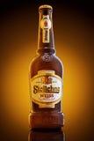 Varna, Bulgarien - 16. Dezember 2016: Bierflasche Stolichno Weiss Lizenzfreies Stockbild
