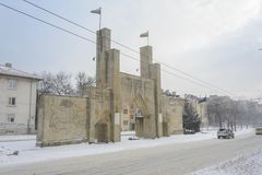 VARNA, BULGARIEN, AM 28. FEBRUAR 2018: 8. Infanterie-Regiment-Erinnerungstor unter dem Schneesturm Das Monument-Portal war eröffn stockfoto