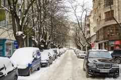 VARNA BULGARIEN, FEBRUARI 28, 2018: Bunt av bilar som täckas med s royaltyfri bild