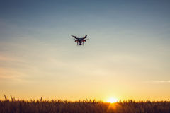 Varna, Bulgarien - 23. Juni 2015: Fliegenbrummen quadcopter Dji-Phantom Stockfotografie