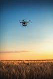 Varna Bulgarien - Juni 23, 2015: Flyga den surrquadcopterDji fantomen Arkivfoto