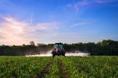 Varna Bulgarien - Juni 10, 2016: Kubota traktor i fält Arkivbilder
