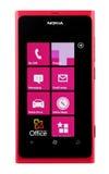 Varna Bulgarien - Juny 03, 2012: Mobiltelefonmodell Nokia Lumia 80 Royaltyfri Bild