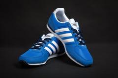 Varna, Bulgarien - 12. März 2017: RENNLÄUFERlaufschuh ADIDASS V auf dunklem Hintergrund Produktschuß Adidas ist eine deutsche Ges Lizenzfreies Stockfoto