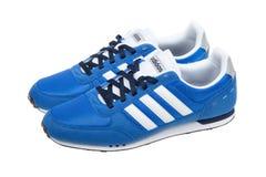 Varna, Bulgarien - 12. März 2017: RENNLÄUFERlaufschuh ADIDASS V, lokalisiert auf Weiß Produktschuß Adidas ist eine deutsche Gesel Lizenzfreie Stockfotografie