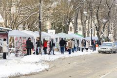 VARNA, BULGARIEN, AM 1. MÄRZ 2018: unbekannte Person, die traditionelles martinitsa für den ersten Tag des Handelszentrums Glück  Stockfotos