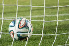 Varna, BULGARIEN - 30. Mai 2015: Nahaufnahmebeamter FIFA Ball mit 2014 Weltcupen (Brazuca) im Ziel (Netz) adidas Stockfotografie