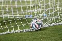Varna, BULGARIEN - 30. Mai 2015: Nahaufnahmebeamter FIFA Ball mit 2014 Weltcupen (Brazuca) im Ziel (Netz) Adidas, bedeutende Deut Stockfotos