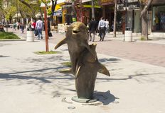 VARNA, BULGARIEN - 2. MAI 2017: Skulpturen von Delphinen auf Slivitsa-Boulevard stockfoto