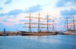 Varna Bulgarien - Oktober 02 2016: internationell högväxt skeppflotta går tillbaka till Blacket Sea 2016 Arkivbilder