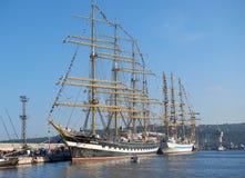 Varna Bulgarien - Oktober 02 2016: internationell högväxt skeppflotta går tillbaka till Blacket Sea 2016 Fotografering för Bildbyråer