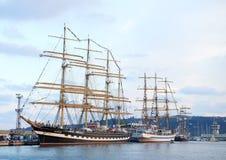 Varna Bulgarien - Oktober 02 2016: internationell högväxt skeppflotta går tillbaka till Blacket Sea 2016 Royaltyfri Bild