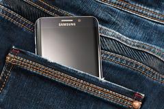 Varna Bulgarien - Oktober, 04, 2016: Smartphone för Samsung galax S6 Edge+ Arkivfoton