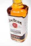 VARNA, BULGARIJE - AUGUSTUS 17 2016: Sluit omhoog fles van Jim Beam Bourbon Jim Beam is een Amerikaans merk van bourbon whisky ve Royalty-vrije Stock Foto's