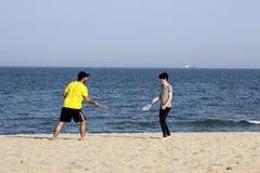 Varna Bulgarije 13 de man en de vrouw van Mei 2017 speelt bal op het strand Royalty-vrije Stock Fotografie