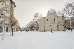 VARNA, BULGARIJE, 28 FEBRUARI, 2018: onbekende persoon die in de sneeuwgang in Varna na sneeuwstorm lopen Het vierkant van Sebast Stock Foto's