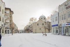 VARNA, BULGARIJE, 28 FEBRUARI, 2018: onbekende persoon die in de sneeuwgang in Varna na sneeuwstorm lopen Het vierkant van Sebast Royalty-vrije Stock Afbeeldingen
