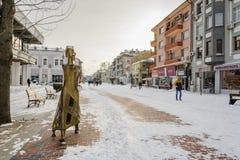 VARNA, BULGARIJE, 28 FEBRUARI, 2018: onbekende persoon die in de sneeuwgang in Varna na sneeuwstorm lopen Het vierkant van Sebast Stock Afbeeldingen