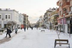 VARNA, BULGARIJE, 28 FEBRUARI, 2018: onbekende persoon die in de sneeuwgang in Varna na sneeuwstorm lopen Het vierkant van Sebast Stock Foto