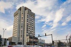 VARNA, BULGARIJE, 28 FEBRUARI, 2018: Stadhuis van Varna met na het blizzardonweer en de koude temperaturen wordt behandeld die Royalty-vrije Stock Foto's
