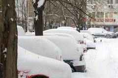 VARNA, BULGARIJE, 28 FEBRUARI, 2018: Stapel auto's met s worden behandeld dat Stock Afbeelding