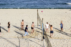 Varna Bulgarije 13 fietsen van de de mensenrit van Mei 2017 in de Parkmensen speelt volleyball op het strand royalty-vrije stock foto's